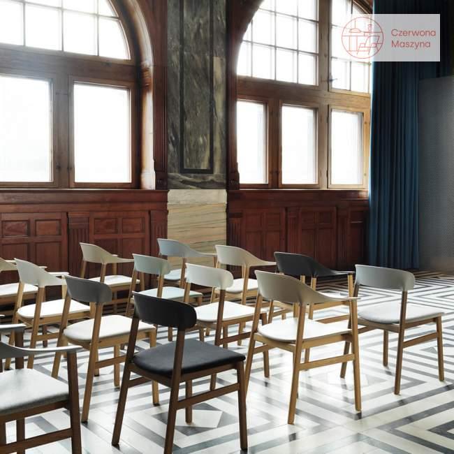 Krzesło z podłokietnikiem tapicerowane Normann Copenhagen Herit oak leather dusty green