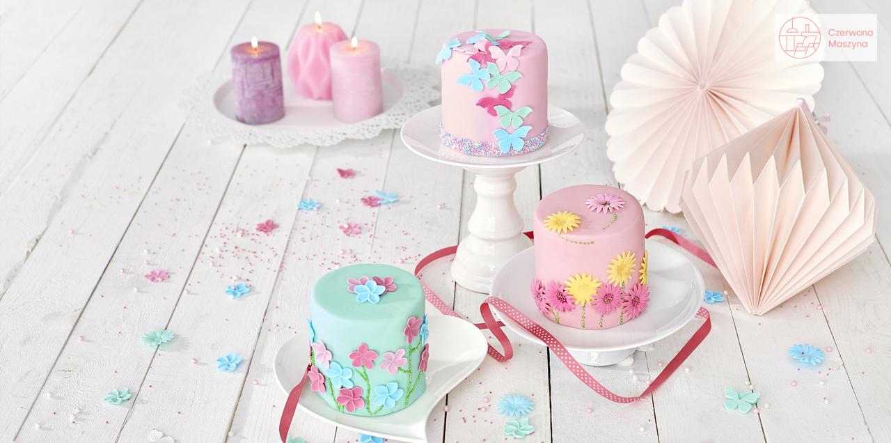 Pastelowe ciasto z dekoracją